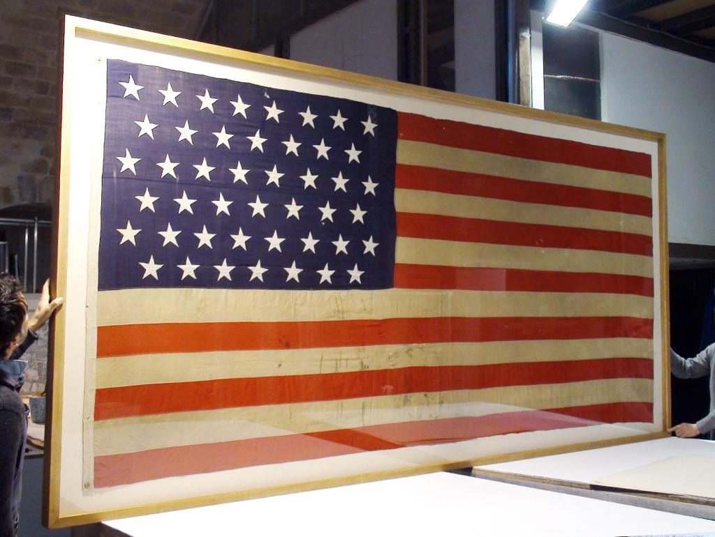 Drapeau américain de l\'ambassade des Etats Unis présenté dans un boîtage en chêne.