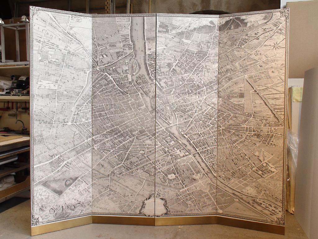 Plan Turgot mis en paravent pour la maison Cartier. Finition avec base et poignées en laiton et dos en tissus.